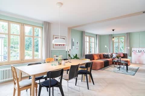 Enjoy the Lake and Art in this spacious apartment