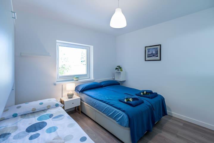 En esta habitación, además de una cama de matrimonio, hay una litera adicional por si a los más jóvenes les apetece dormir en dos niveles. La ventana da directamente al jardín.
