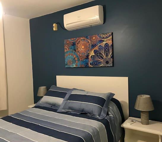 Quarto silencioso, com cama box e ar condicionado