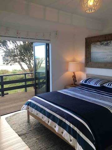 Master Bedroom with comfy Queen bed, fresh cotton linen and a choice of feather or wool pillows!