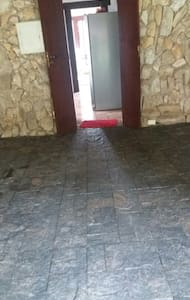 entrada  da garagem para o interior da casa pela cozinha.