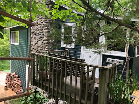 Charming 3BR artist cottage with hot tub