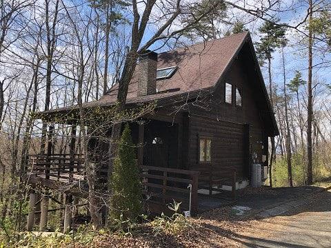 トロールの小屋 薪ストーブ、開放的なバルコニーのある森の中のログハウス