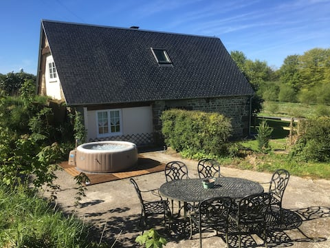Pretty 2 bedroom detached cottage with hot tub