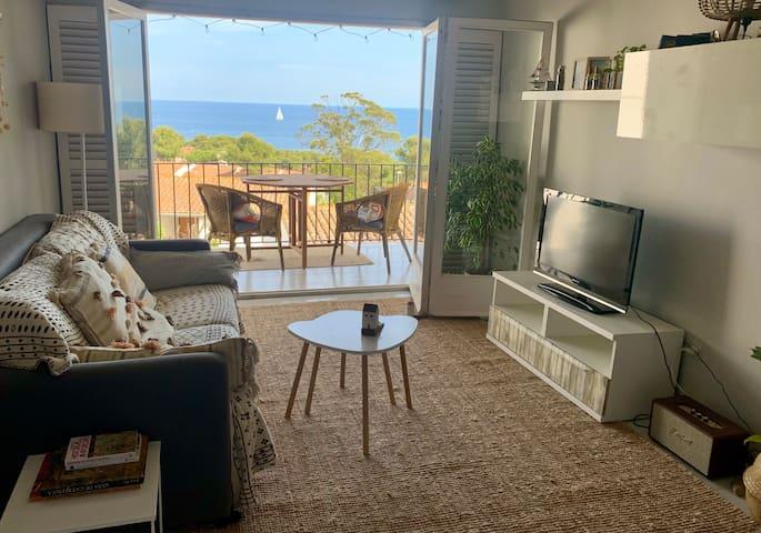 Living comedor con salida a balcón con increíbles vistas al mar Mediterráneo