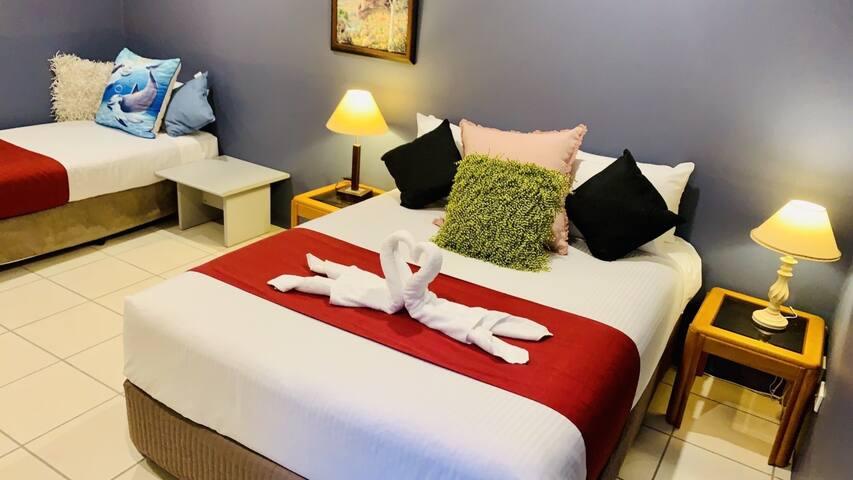Bedroom 2 Queen bed +.....
