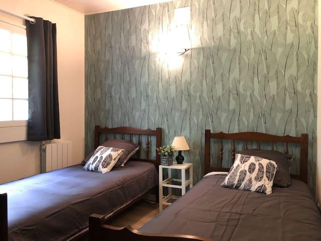 chambre avec 2 lits simples 90x190 et petit dressing