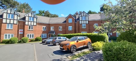 Lovely 2 bed apartment, with free parking.