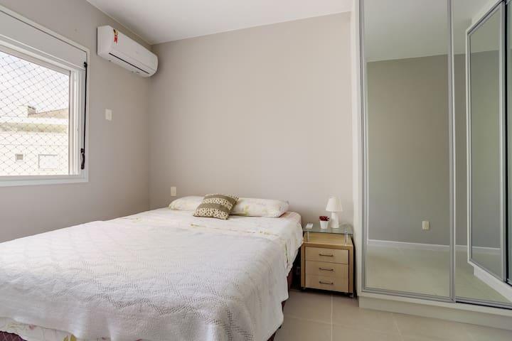 Suite com cama Queen, ar condicionado e armarios