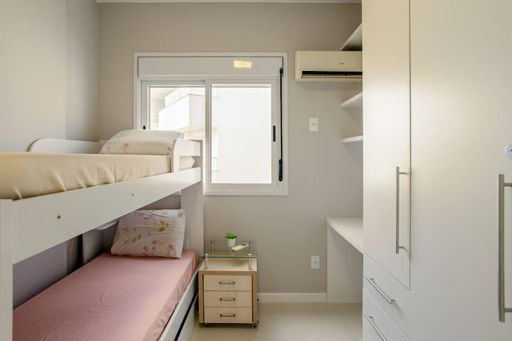 Quarto com beliche com bicama, ar condicionado, escrivaninha e armário
