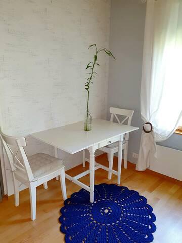 Ruokapöydän ääreen mahtuu 2-4 henkilöä.