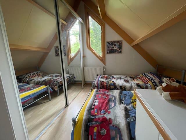2e slaapkamer met inloopkast (spiegelkast)