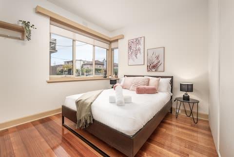 Bright & Comfy 2 Bedroom St Kilda East Apartment
