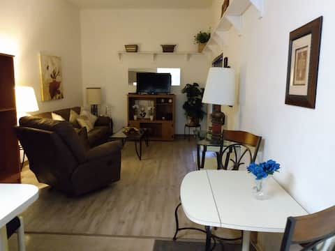 Great Location. Clean 2 bed Condo/Pool/Hot tub.