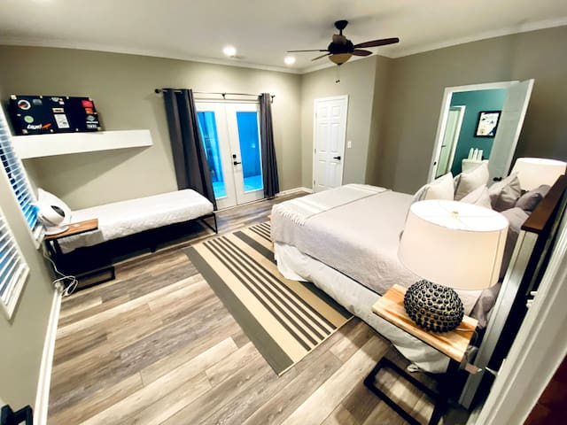 Downstairs bedroom w/ bathroom