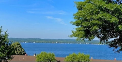 Cozy, newly renovated condo with direct lake views