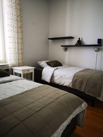 90 cm leveät sängyt, jotka voi laittaa yhteen tai erikseen