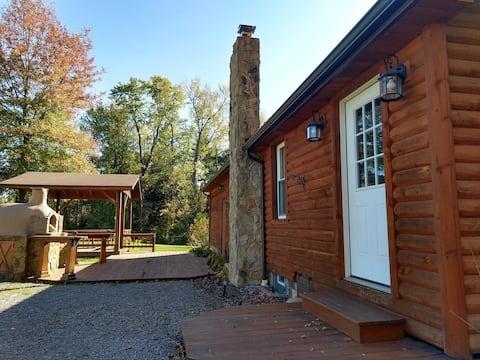 Hummingbird Cottage: cheery&  cozy rural 2 bedroom