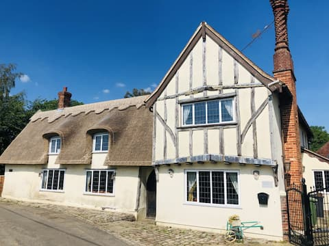 Beautiful thatched 5/6 bedroom Dynes Cottage