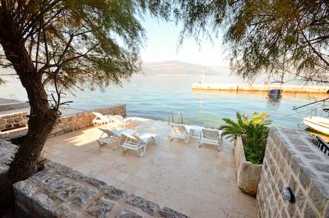 Leut 1 Studio Apart. w/ Balcony and Property Beach