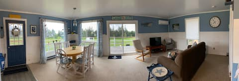 Cheerful two bedroom cottage with beach access
