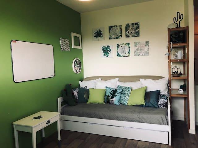 Couchage confortable / canapé dans la salle de jeux Confortable bed / sofa in the playroom
