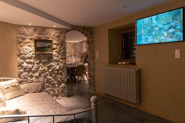 vous êtes dans l'entrée et sa tv tableau avec Netflix...qui permet 2 couchages ( 5 et 6) .