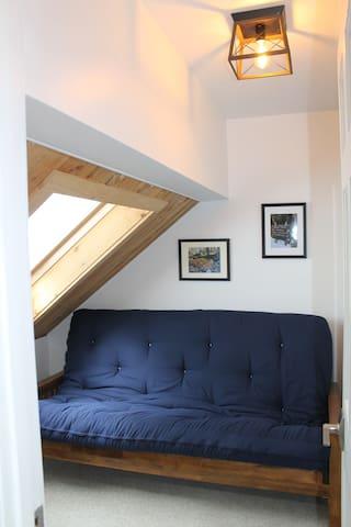 Second bonus room with full size futon