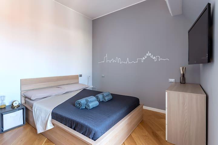 """Disponibili in camera da letto per i nostri ospiti: SMART TV 49"""" con Google Chromecast, comodo letto con cuscini in memory foam e non , pratica cassettiera e ampio armadio"""