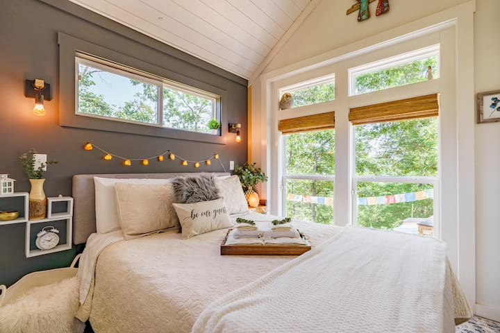 """Master Bedroom (downstairs) Sleep well with a 12"""" mattress with Serta pillows to get a great night's rest after a day exploring Lake Lure. Extra towels are always available for our guests."""