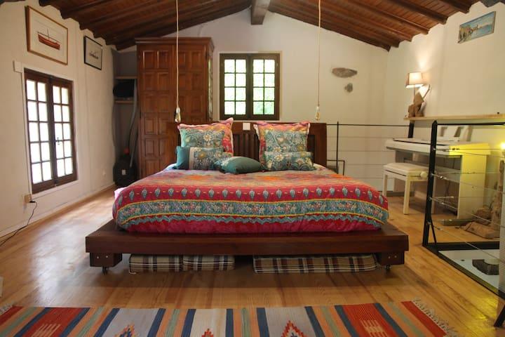 Sur la mezzanine, lit en 160cm, avec piano électrique. Toute la literie est neuve (matelas, linge de lit..) Les luminaires en bois flotté sont de fabrication artisanale. Le lit sera fait à votre arrivée !