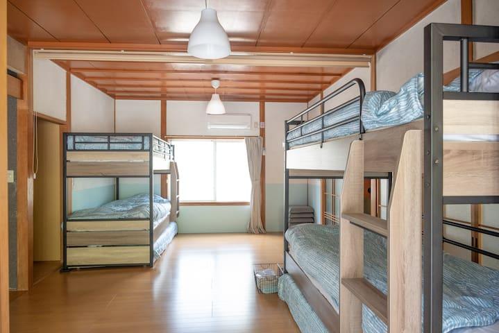 寝室(三段ベッド×2台) 一番下段のベッドは引き出し式。 5名様~6名様利用時のみ引き出してご利用ください。