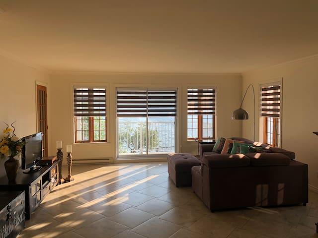 Grand appartement aire ouverte, offrant une vue magnifique sur le Lac Massawippi.