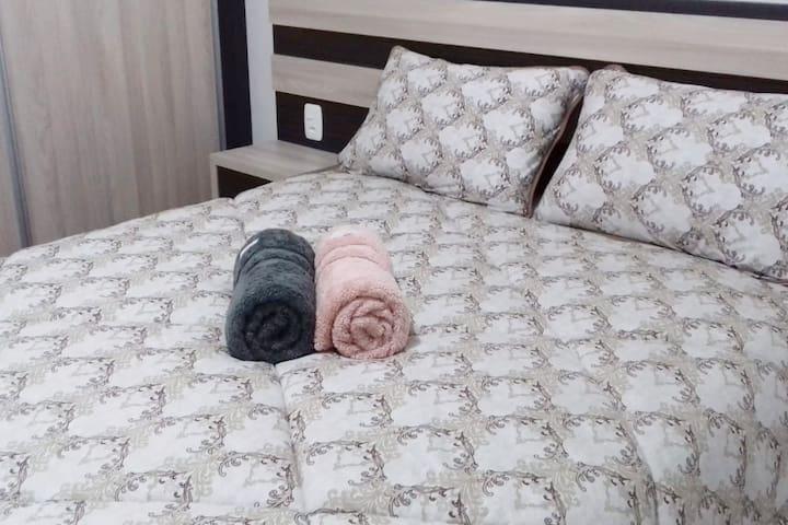 Cama de casal com toda a roupa de cama!!