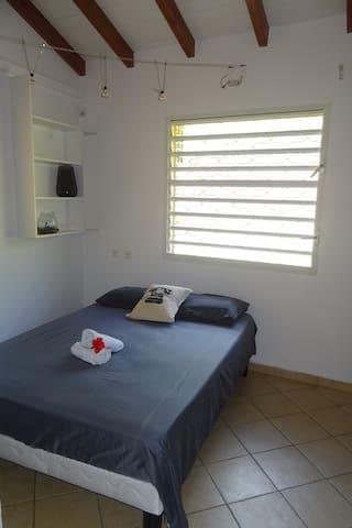 Chambre 2 avec 1 lit double et 2 lits superposés