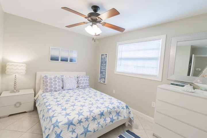 Additional bedroom in this spacious home, which offers 4 bedrooms total and comfortably sleeps 12. This bedroom has a ceiling fan.