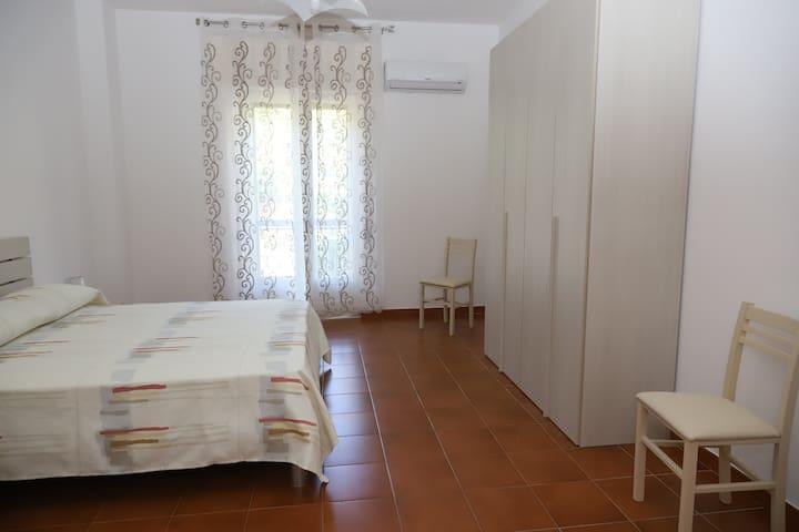 Camera con letto matrimoniale ampia con piccolo balconcino