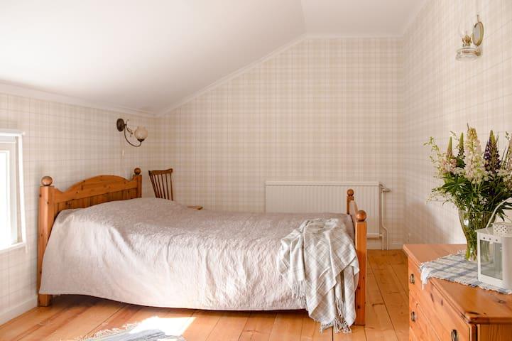 """Stor och bred enkelsäng (120 cm) i rummet """"Frostviken""""."""
