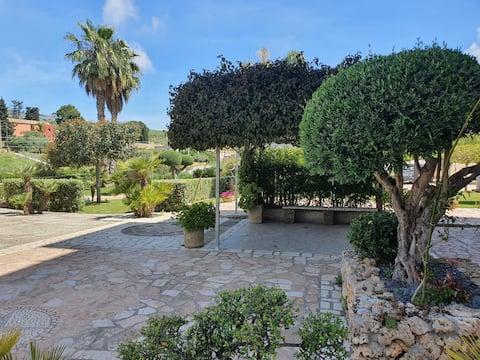 Casa circondata dal verde e profumi mediterranei!!