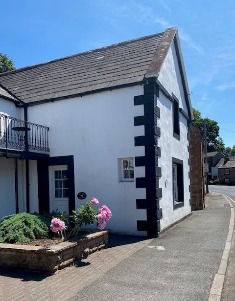 Warm & Welcoming Town Cottage