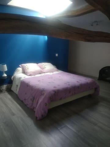 Chambre 1 équipée d' un coin toilette .1 lit de 140