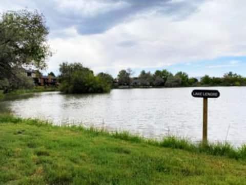 Sunny Lakeside Retreat: 2 bedrooms, sleeps 4, POOL