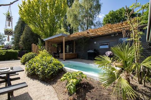 Luxe chalet met verwarmd zwembad en prachtige tuin