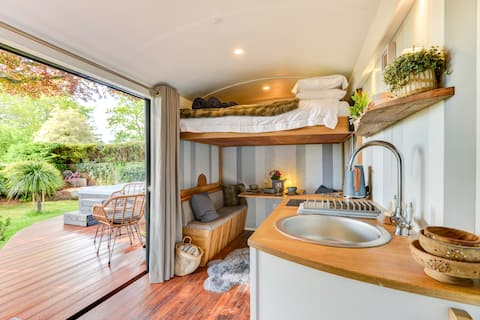Custom made Shepherds hut for two with hot tub