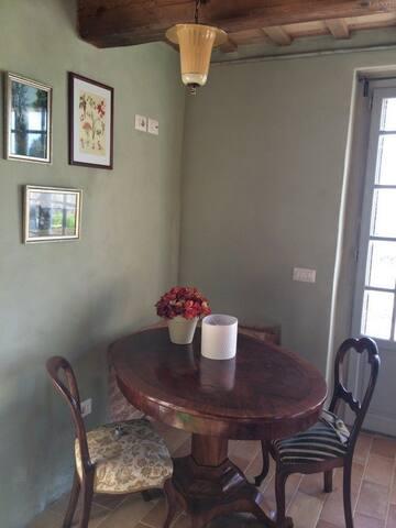 In de zitkamer staat o.a. een tafel. Als we in Casa Tosca zitten en 'vanuit huis' moeten werken, dan kun je hier lekker zitten met je laptop. Naast je zie je dan het terras en het uitzicht!