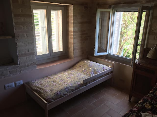Slaapkamer 2. Deze heeft, als gasten dat willen, een kinderbed. Er is ook een ledikant en een campingbed.