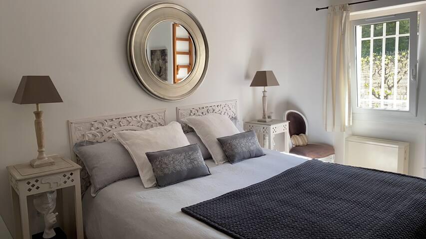 Chambre privative donnant sur les vignes avec lit King size, TV et moustiquaire. Literie et linge de qualité.
