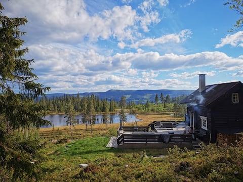 Sjarmerende hytte med fjellutsikt og boblebad