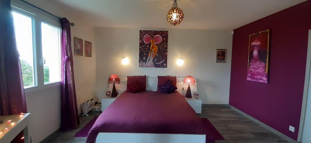 Chambre avec lit en 160 cm et literie de grande qualité: matelas et oreillers BULTEX fermes, à mémoire de forme...