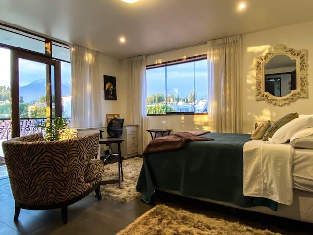 Habitación principal con vistas a los volcanes y cama matrimonial.